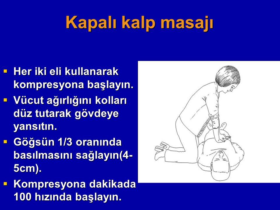 Kapalı kalp masajı Her iki eli kullanarak kompresyona başlayın.