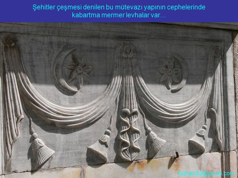 Şehitler çeşmesi denilen bu mütevazı yapının cephelerinde kabartma mermer levhalar var...