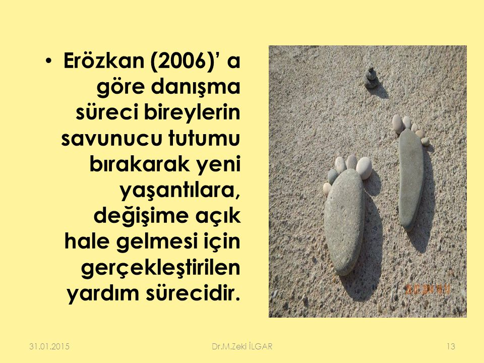 Erözkan (2006)' a göre danışma süreci bireylerin savunucu tutumu bırakarak yeni yaşantılara, değişime açık hale gelmesi için gerçekleştirilen yardım sürecidir.
