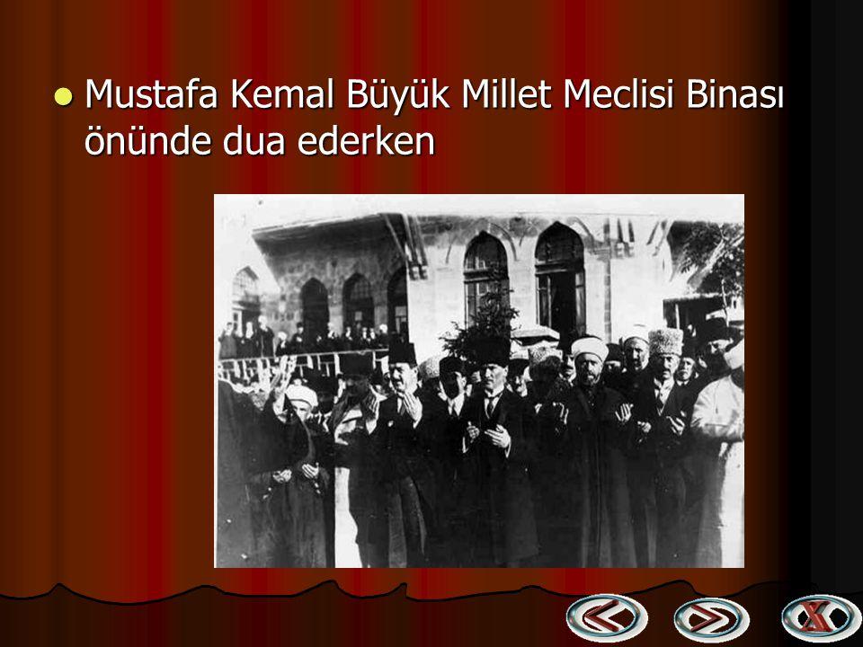 Mustafa Kemal Büyük Millet Meclisi Binası önünde dua ederken