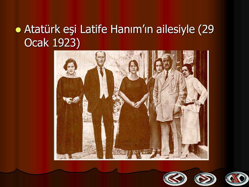 Atatürk eşi Latife Hanım'ın ailesiyle (29 Ocak 1923)