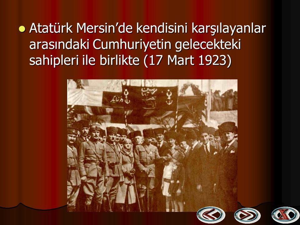Atatürk Mersin'de kendisini karşılayanlar arasındaki Cumhuriyetin gelecekteki sahipleri ile birlikte (17 Mart 1923)