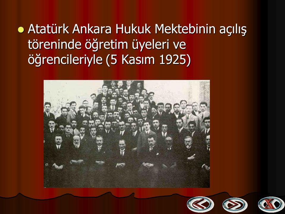 Atatürk Ankara Hukuk Mektebinin açılış töreninde öğretim üyeleri ve öğrencileriyle (5 Kasım 1925)