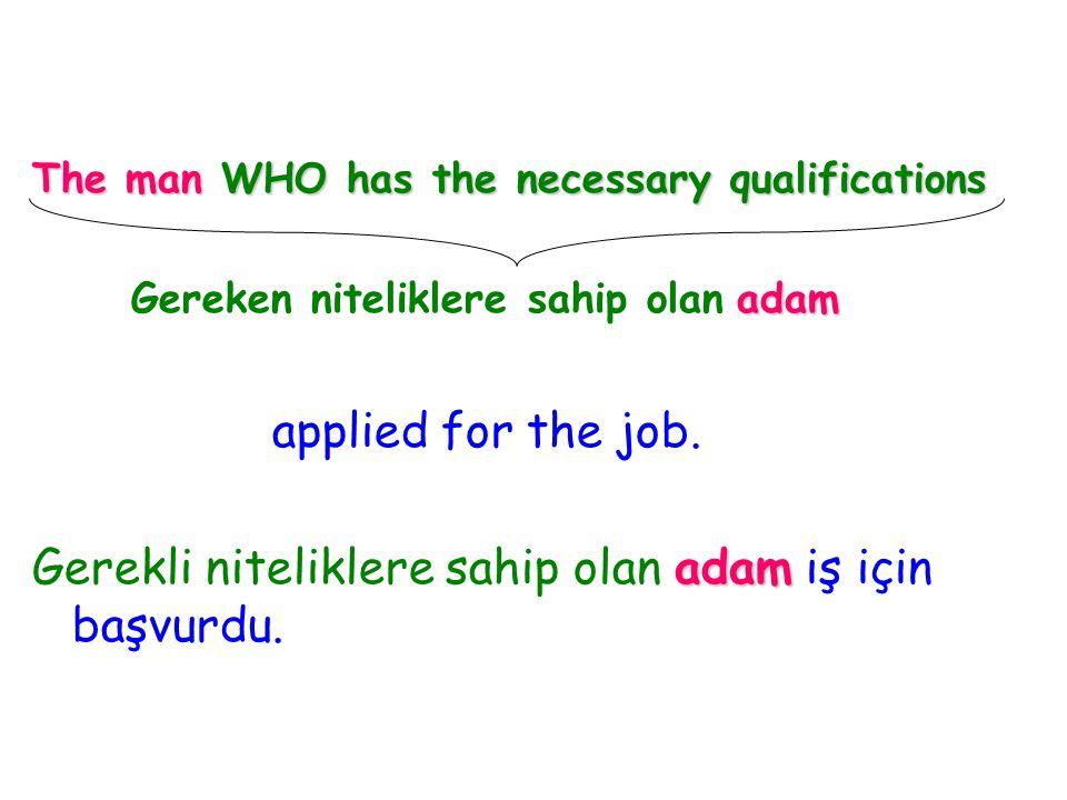 Gerekli niteliklere sahip olan adam iş için başvurdu.