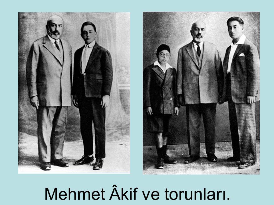 Mehmet Âkif ve torunları.