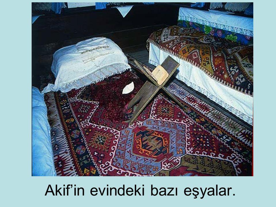 Akif'in evindeki bazı eşyalar.