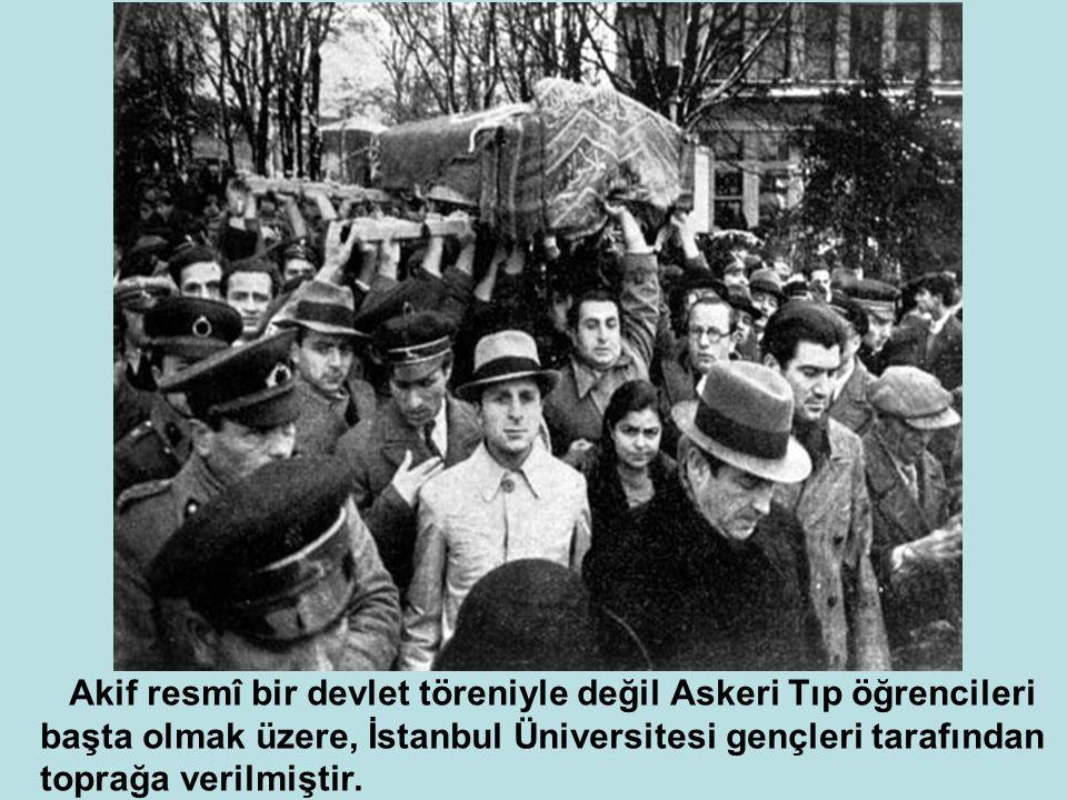 Akif resmî bir devlet töreniyle değil Askeri Tıp öğrencileri başta olmak üzere, İstanbul Üniversitesi gençleri tarafından toprağa verilmiştir.