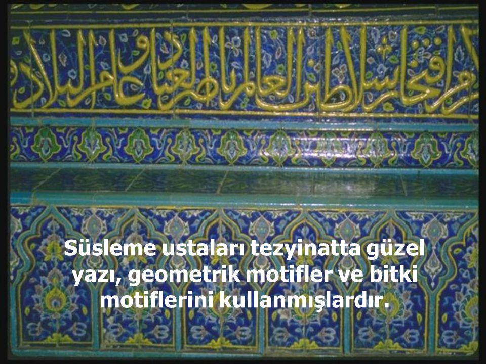 Süsleme ustaları tezyinatta güzel yazı, geometrik motifler ve bitki motiflerini kullanmışlardır.