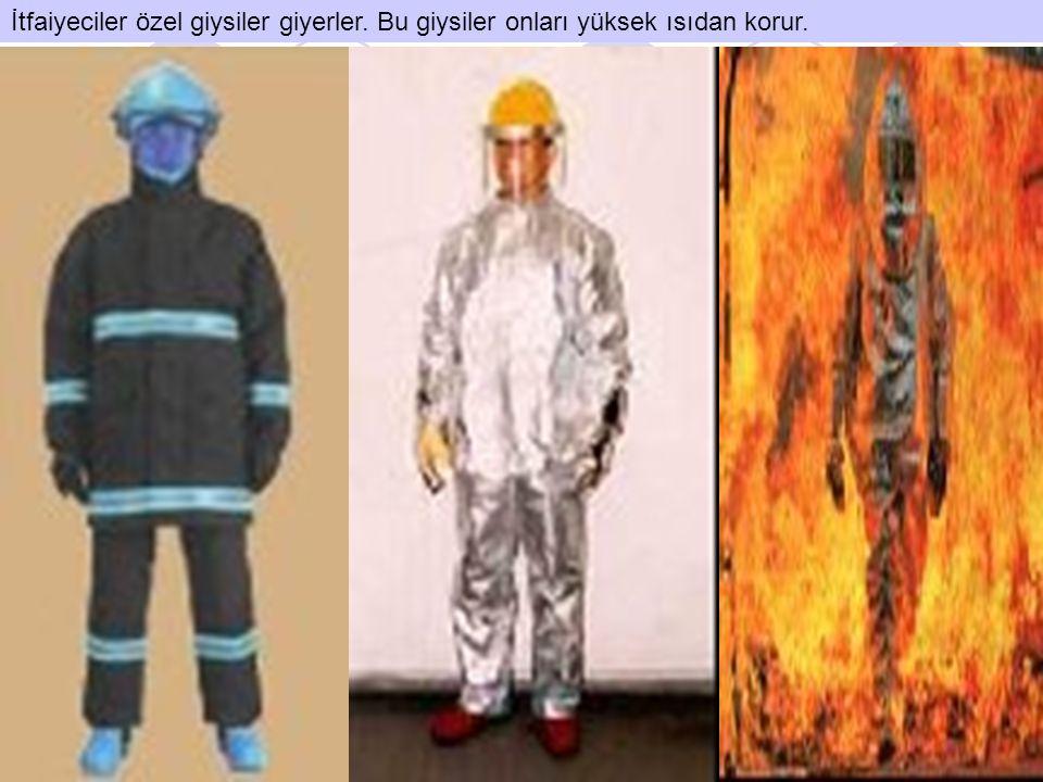 İtfaiyeciler özel giysiler giyerler