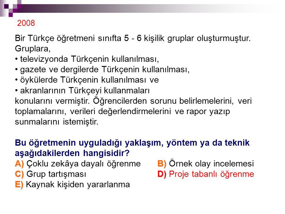 Bir Türkçe öğretmeni sınıfta 5 - 6 kişilik gruplar oluşturmuştur.