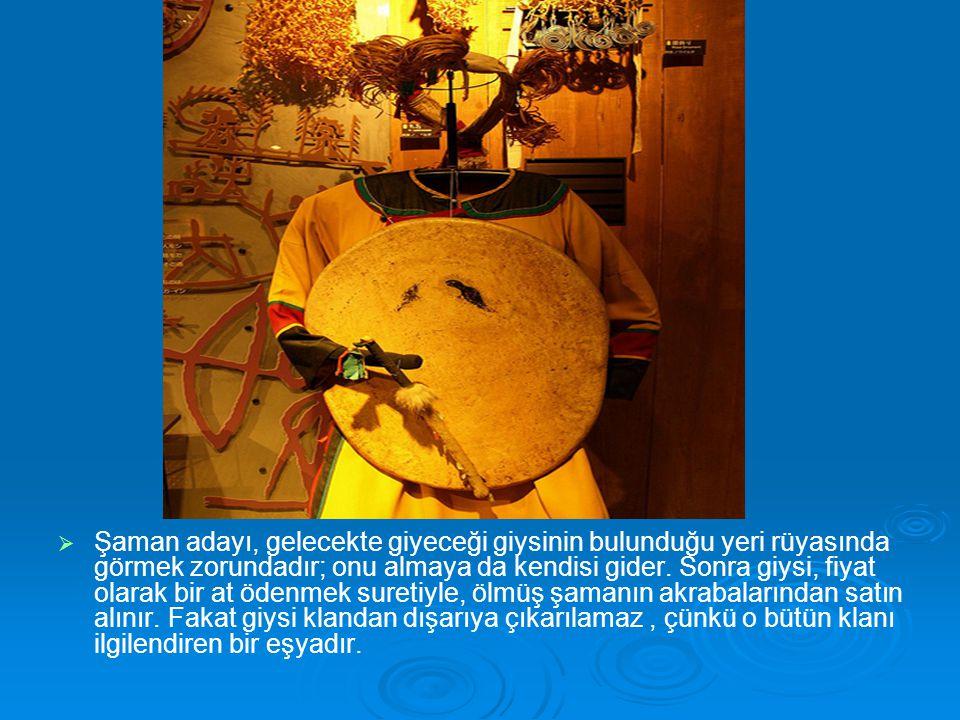 Şaman adayı, gelecekte giyeceği giysinin bulunduğu yeri rüyasında görmek zorundadır; onu almaya da kendisi gider.