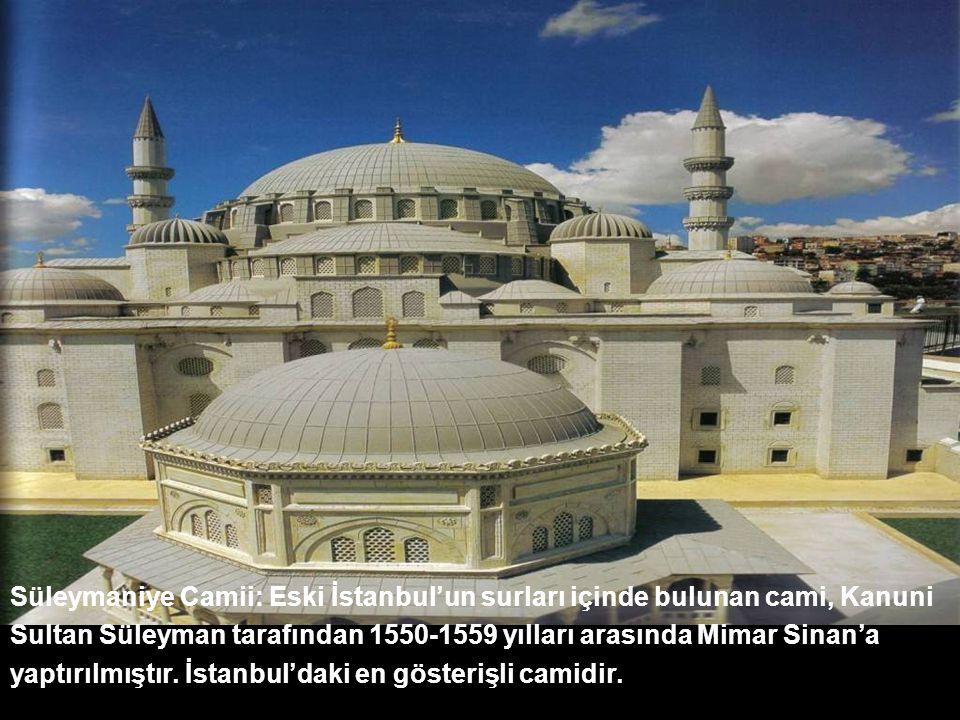 Süleymaniye Camii: Eski İstanbul'un surları içinde bulunan cami, Kanuni Sultan Süleyman tarafından 1550-1559 yılları arasında Mimar Sinan'a yaptırılmıştır. İstanbul'daki en gösterişli camidir.
