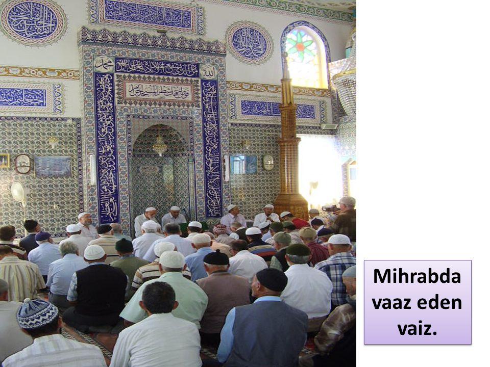 Mihrabda vaaz eden vaiz.