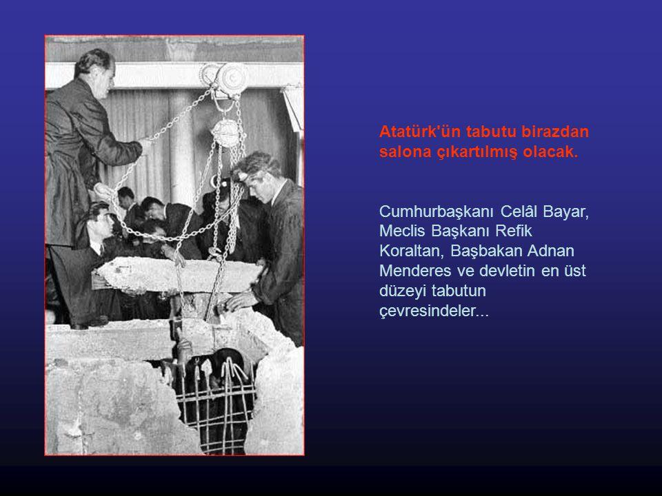Atatürk ün tabutu birazdan salona çıkartılmış olacak