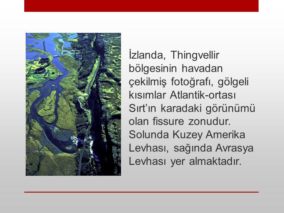 İzlanda, Thingvellir bölgesinin havadan çekilmiş fotoğrafı, gölgeli kısımlar Atlantik-ortası Sırt'ın karadaki görünümü olan fissure zonudur.