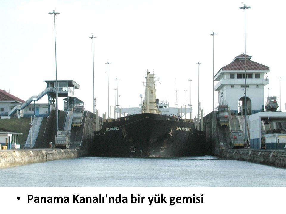 Panama Kanalı nda bir yük gemisi