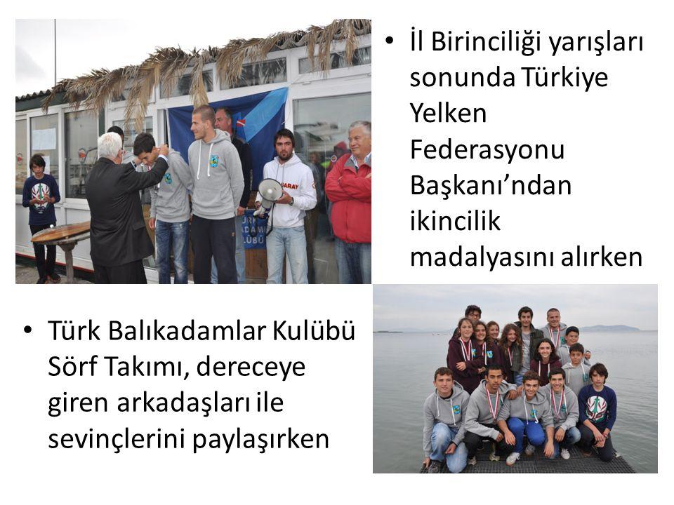 İl Birinciliği yarışları sonunda Türkiye Yelken Federasyonu Başkanı'ndan ikincilik madalyasını alırken