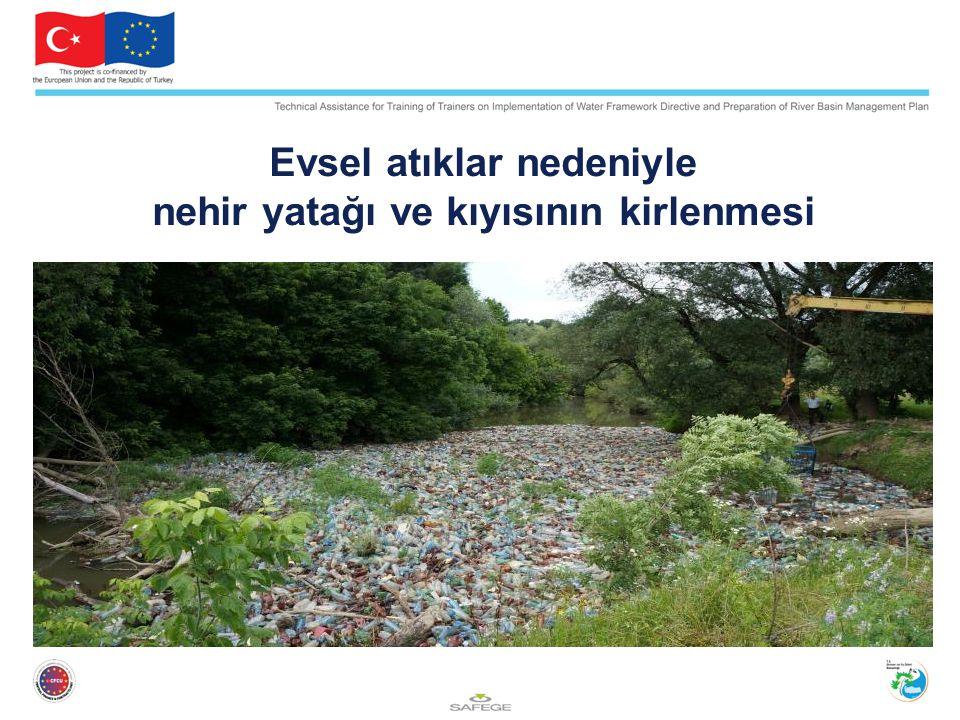 Evsel atıklar nedeniyle nehir yatağı ve kıyısının kirlenmesi