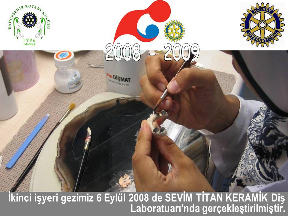2008 - 2009 İkinci işyeri gezimiz 6 Eylül 2008 de SEVİM TİTAN KERAMİK Diş Laboratuarı'nda gerçekleştirilmiştir.