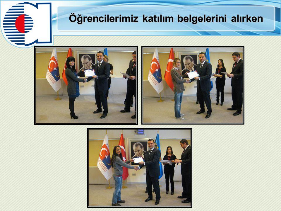 Öğrencilerimiz katılım belgelerini alırken