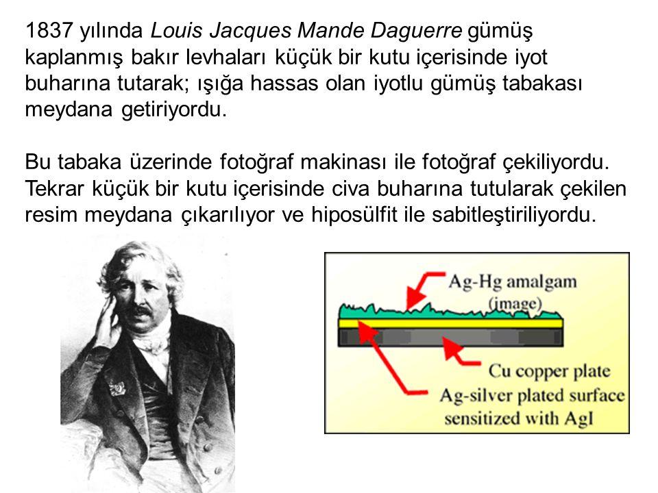 1837 yılında Louis Jacques Mande Daguerre gümüş kaplanmış bakır levhaları küçük bir kutu içerisinde iyot buharına tutarak; ışığa hassas olan iyotlu gümüş tabakası meydana getiriyordu.