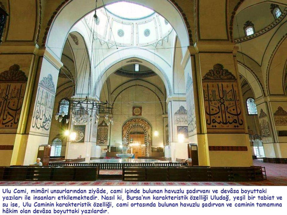 Ulu Cami, mimâri unsurlarından ziyâde, cami içinde bulunan havuzlu şadırvanı ve devâsa boyuttaki yazıları ile insanları etkilemektedir.