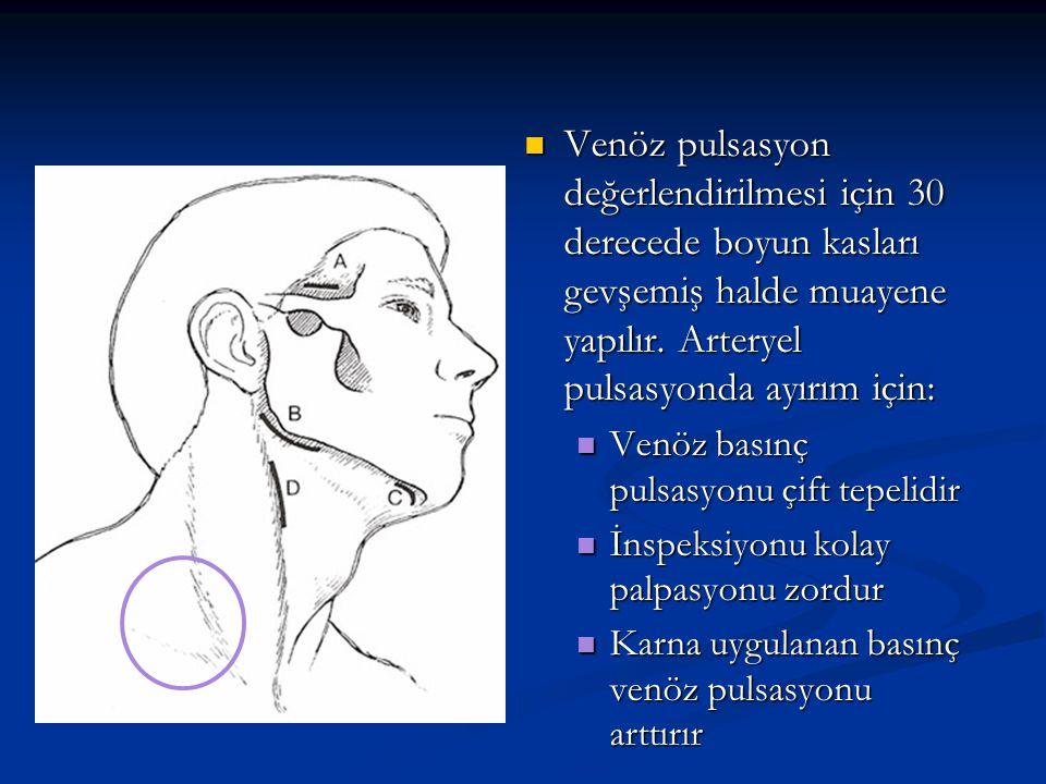 Venöz pulsasyon değerlendirilmesi için 30 derecede boyun kasları gevşemiş halde muayene yapılır. Arteryel pulsasyonda ayırım için: