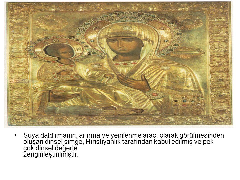 Suya daldırmanın, arınma ve yenilenme aracı olarak görülmesinden oluşan dinsel simge, Hıristiyanlık tarafından kabul edilmiş ve pek çok dinsel değerle zenginleştirilmiştir.