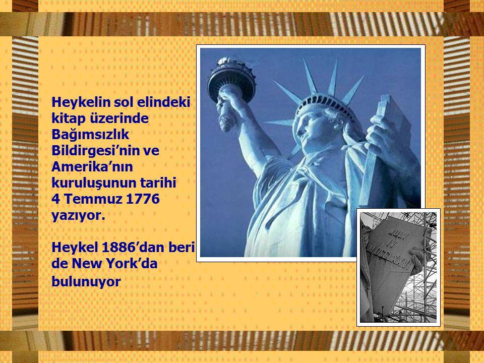 Heykelin sol elindeki kitap üzerinde Bağımsızlık Bildirgesi'nin ve Amerika'nın kuruluşunun tarihi