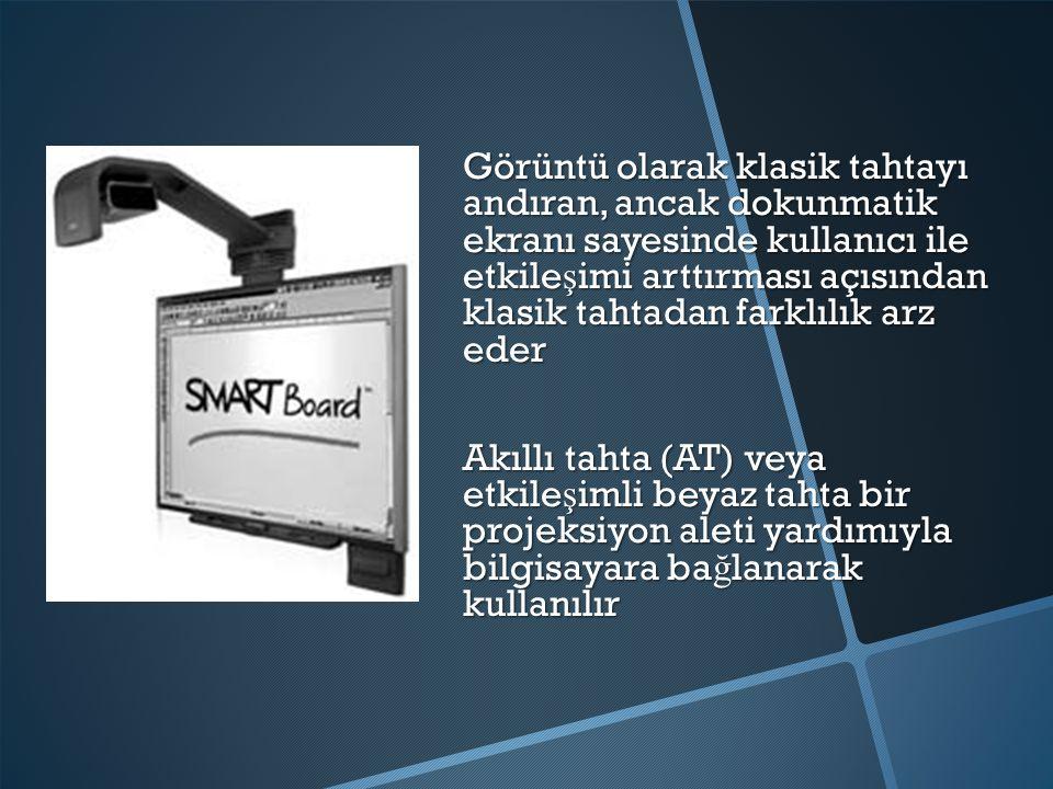 Görüntü olarak klasik tahtayı andıran, ancak dokunmatik ekranı sayesinde kullanıcı ile etkileşimi arttırması açısından klasik tahtadan farklılık arz eder Akıllı tahta (AT) veya etkileşimli beyaz tahta bir projeksiyon aleti yardımıyla bilgisayara bağlanarak kullanılır