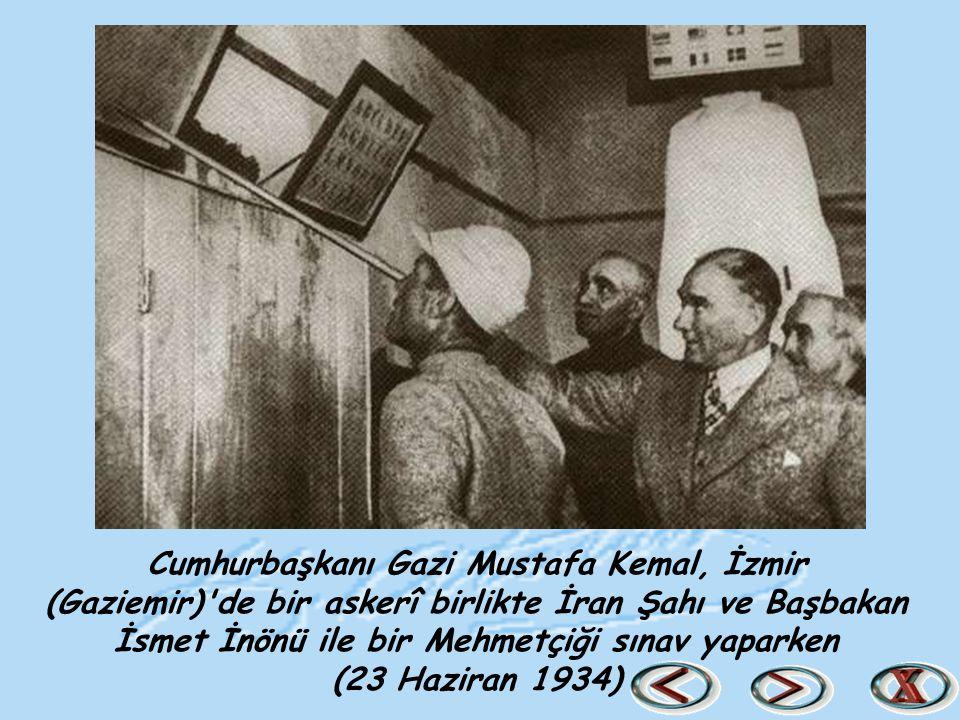 Cumhurbaşkanı Gazi Mustafa Kemal, İzmir (Gaziemir) de bir askerî birlikte İran Şahı ve Başbakan İsmet İnönü ile bir Mehmetçiği sınav yaparken