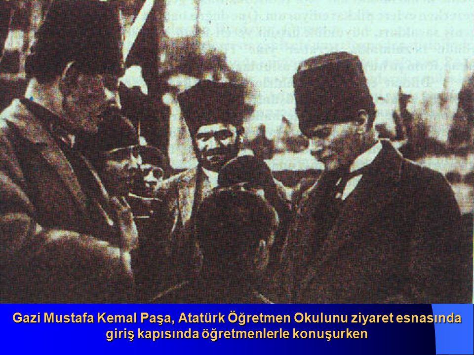 Gazi Mustafa Kemal Paşa, Atatürk Öğretmen Okulunu ziyaret esnasında giriş kapısında öğretmenlerle konuşurken
