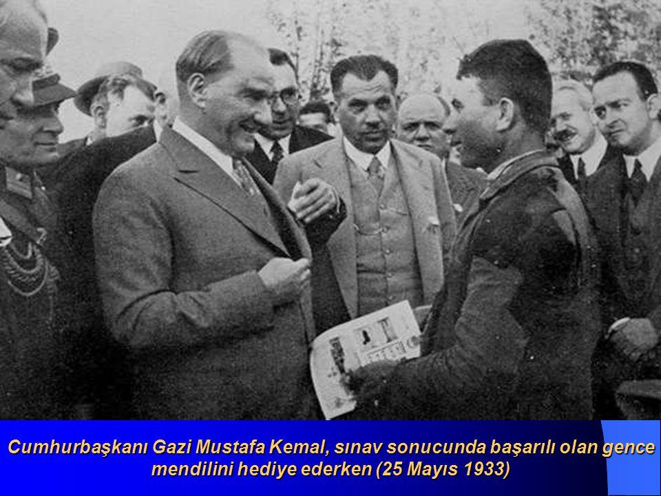 Cumhurbaşkanı Gazi Mustafa Kemal, sınav sonucunda başarılı olan gence mendilini hediye ederken (25 Mayıs 1933)