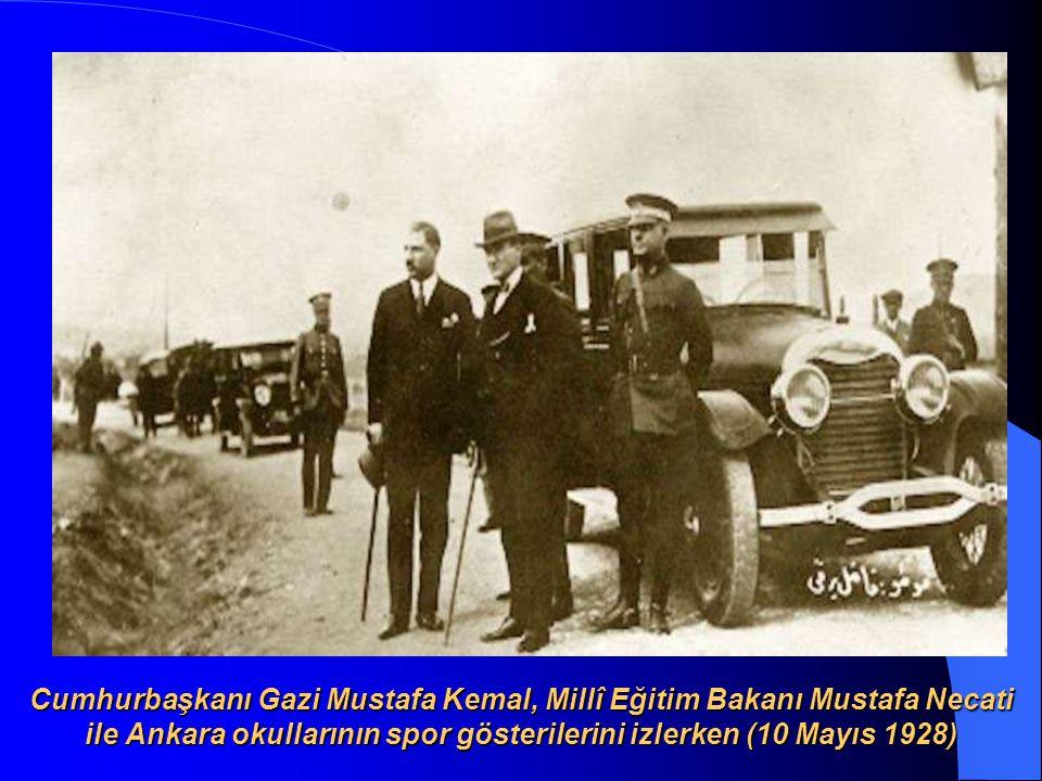 Cumhurbaşkanı Gazi Mustafa Kemal, Millî Eğitim Bakanı Mustafa Necati ile Ankara okullarının spor gösterilerini izlerken (10 Mayıs 1928)