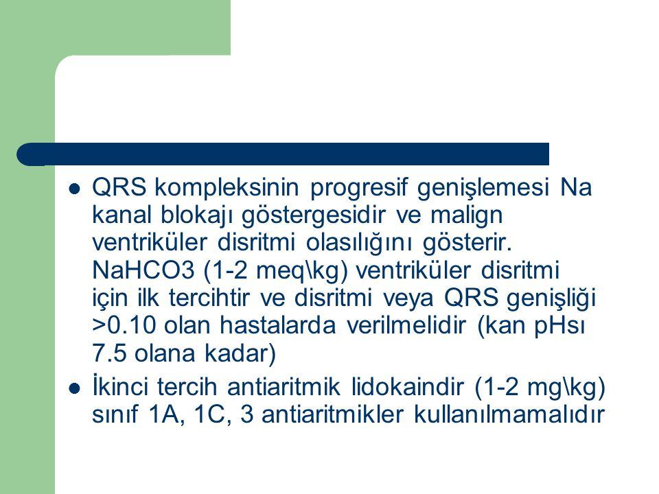 QRS kompleksinin progresif genişlemesi Na kanal blokajı göstergesidir ve malign ventriküler disritmi olasılığını gösterir. NaHCO3 (1-2 meq\kg) ventriküler disritmi için ilk tercihtir ve disritmi veya QRS genişliği >0.10 olan hastalarda verilmelidir (kan pHsı 7.5 olana kadar)
