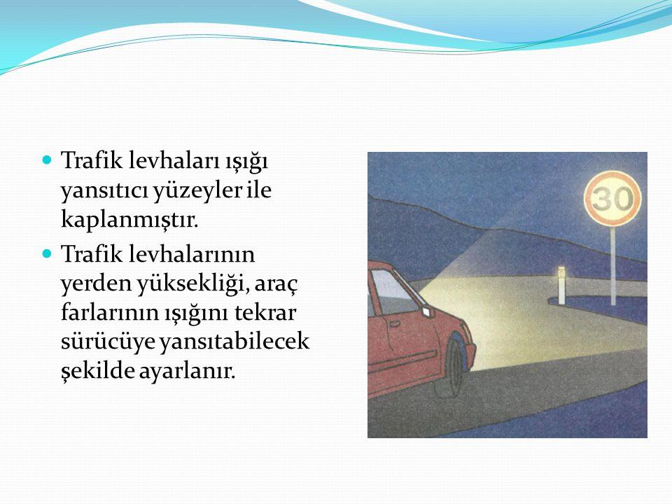 Trafik levhaları ışığı yansıtıcı yüzeyler ile kaplanmıştır.