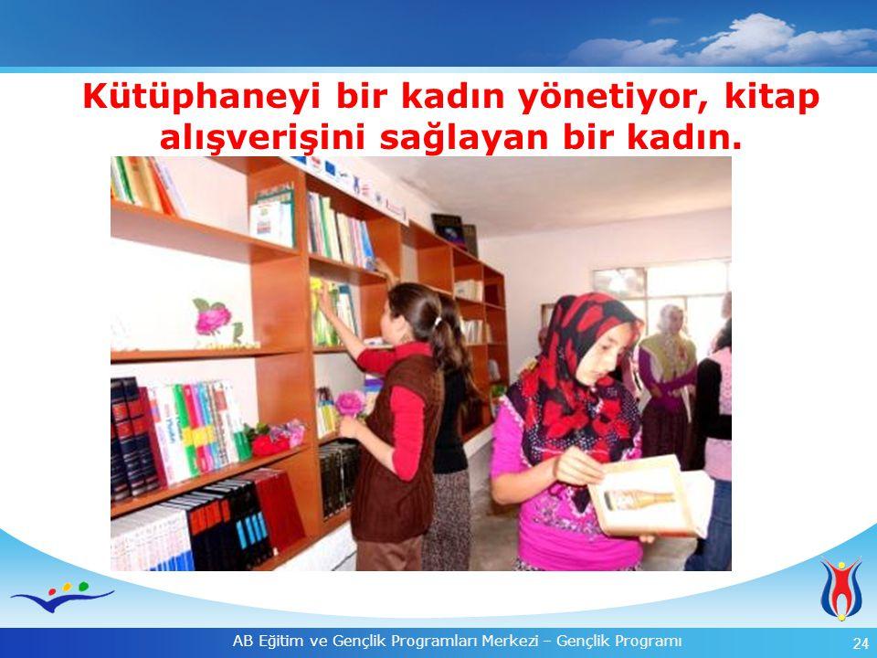 Kütüphaneyi bir kadın yönetiyor, kitap alışverişini sağlayan bir kadın.