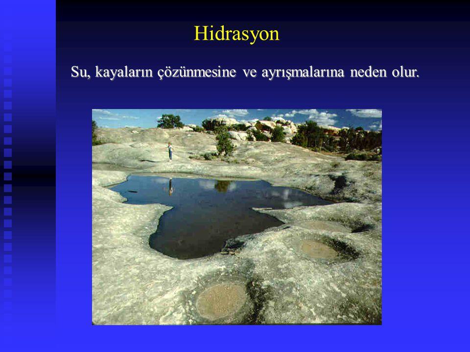 Su, kayaların çözünmesine ve ayrışmalarına neden olur.