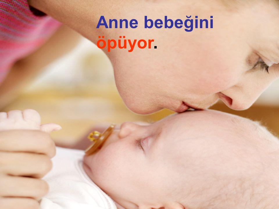 Anne bebeğini öpüyor. .