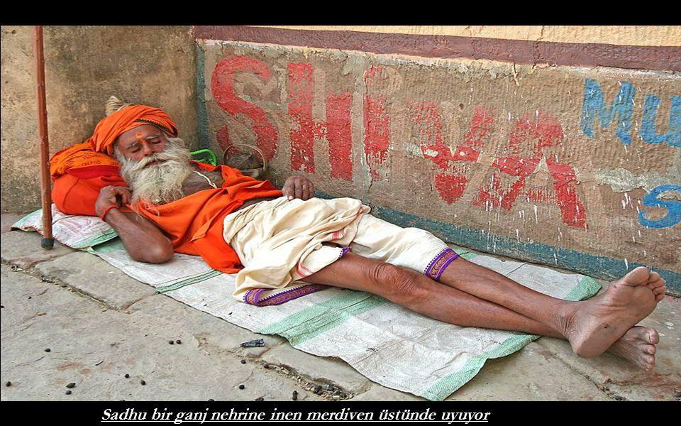 Sadhu bir ganj nehrine inen merdiven üstünde uyuyor