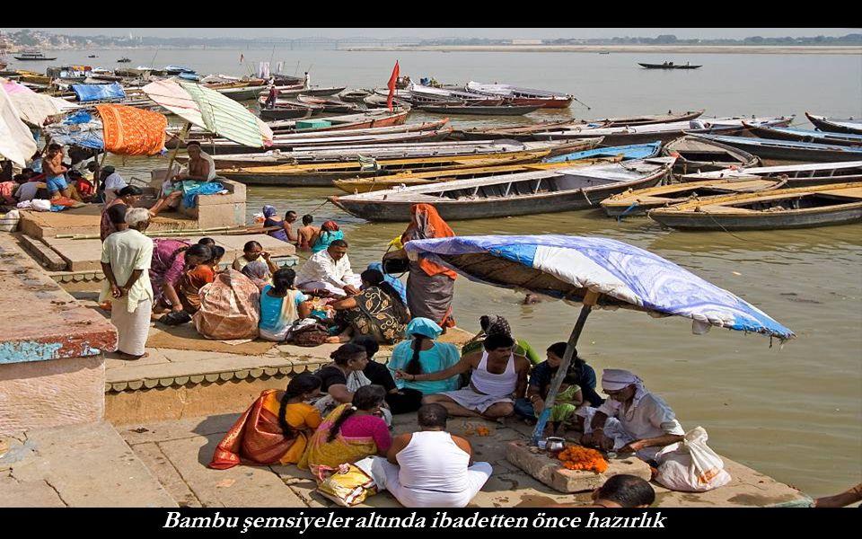 Bambu şemsiyeler altında ibadetten önce hazırlık