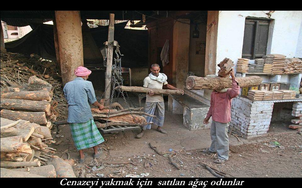 Cenazeyi yakmak için satılan ağaç odunlar