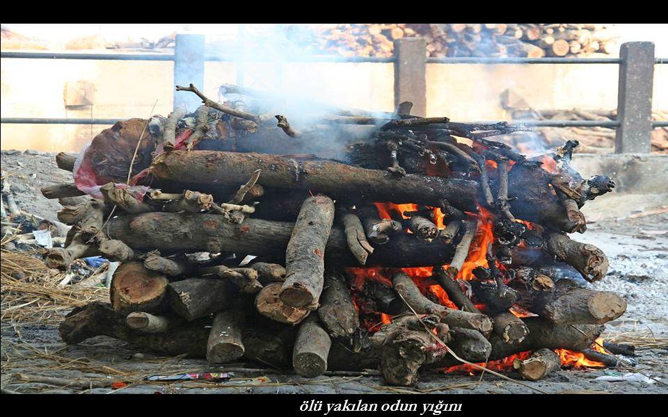 ölü yakılan odun yığını