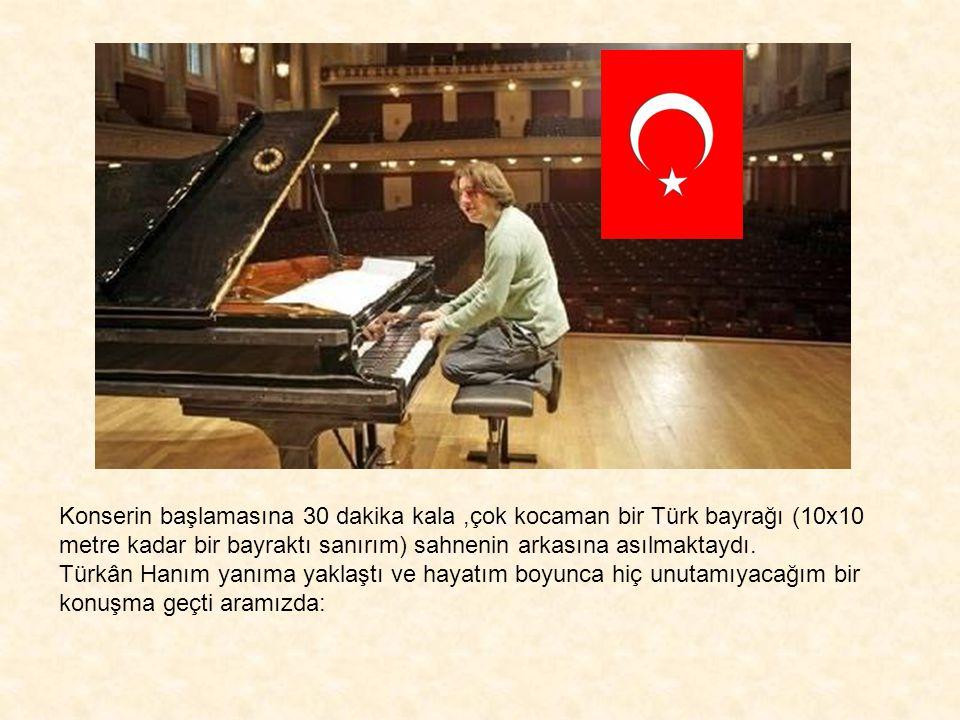 Konserin başlamasına 30 dakika kala ,çok kocaman bir Türk bayrağı (10x10 metre kadar bir bayraktı sanırım) sahnenin arkasına asılmaktaydı.