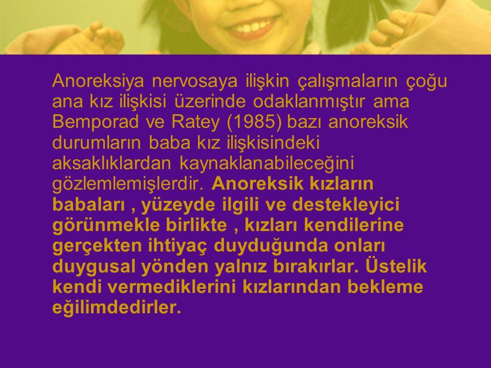 Anoreksiya nervosaya ilişkin çalışmaların çoğu ana kız ilişkisi üzerinde odaklanmıştır ama Bemporad ve Ratey (1985) bazı anoreksik durumların baba kız ilişkisindeki aksaklıklardan kaynaklanabileceğini gözlemlemişlerdir.