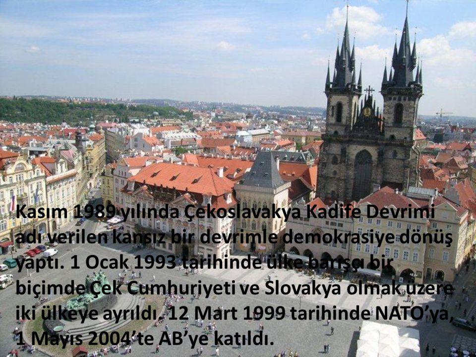 Kasım 1989 yılında Çekoslavakya Kadife Devrimi adı verilen kansız bir devrimle demokrasiye dönüş yaptı.