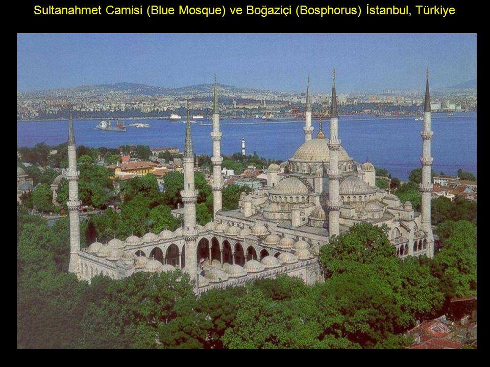 Sultanahmet Camisi (Blue Mosque) ve Boğaziçi (Bosphorus) İstanbul, Türkiye