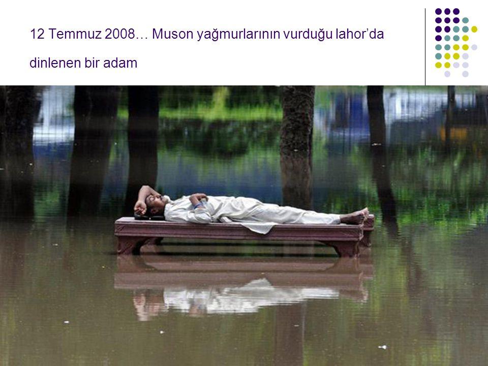 12 Temmuz 2008… Muson yağmurlarının vurduğu lahor'da dinlenen bir adam