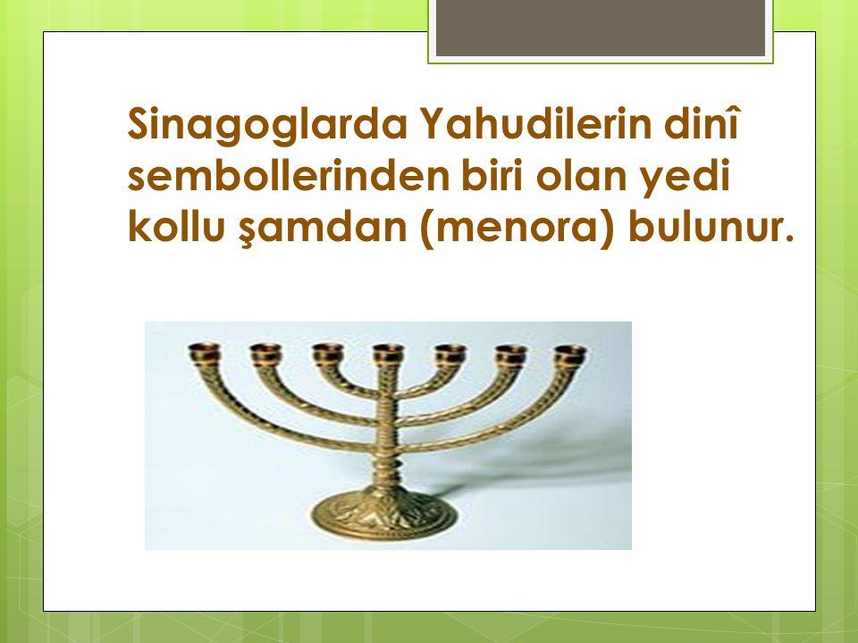 Sinagoglarda Yahudilerin dinî sembollerinden biri olan yedi kollu şamdan (menora) bulunur.
