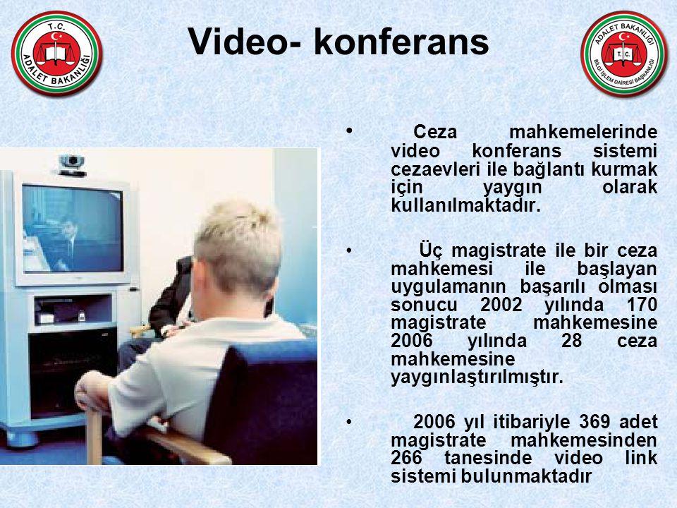 Video- konferans Ceza mahkemelerinde video konferans sistemi cezaevleri ile bağlantı kurmak için yaygın olarak kullanılmaktadır.